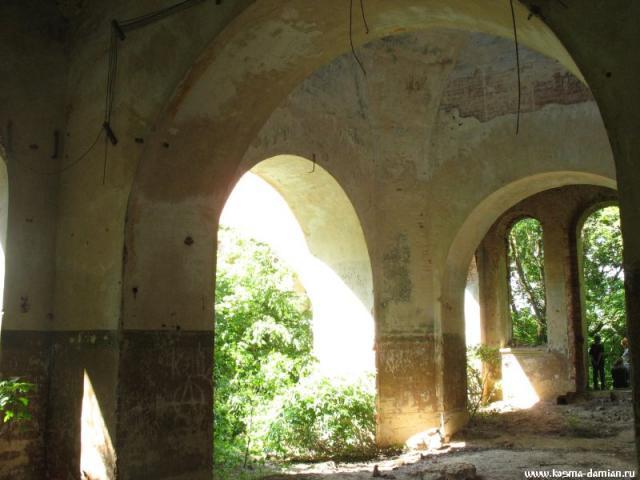 Сохранились своды центральной части храма.