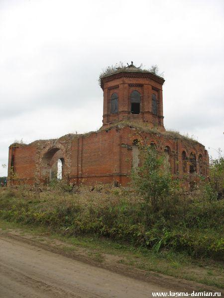 Вид на храм со стороны дороги