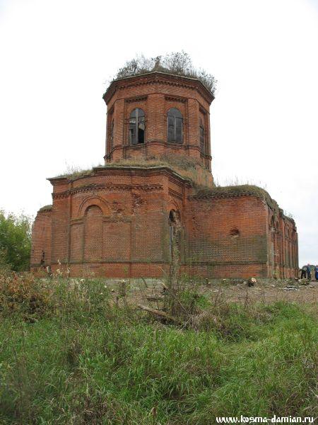 Следы от снарядов на стенах алтарной части храма
